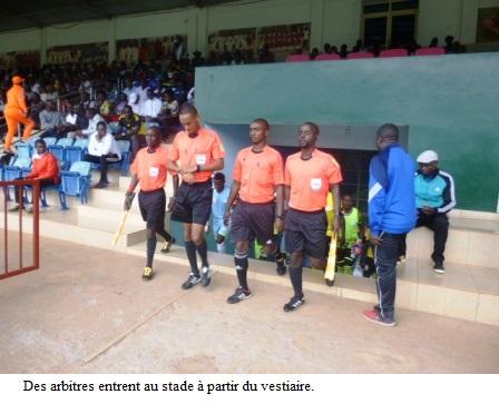 Le Messager Ngozi frappe Lydia Ludic au Stade Urukundo de Buye.